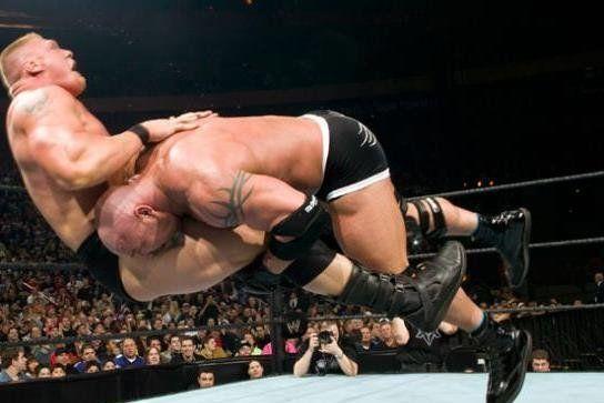 """Bill Goldberg กับหนึ่งในท่าไม้ต่าย """"Spear"""" เป็นการวิ่งพุ่งเข้าไป tackle คู่ต่อสู้อย่างจัง ซึ่งเป็นท่าที่ได้มาจากการเป็นอดีตนักอเมริกันฟุตบอลนั่นเอง โดยแมทช์นี้ Goldberg ได้เจอกับ Brock Lesnar สมัยยังไม่เข้าไปสู้ใน MMA ด้วยซ้ำ"""